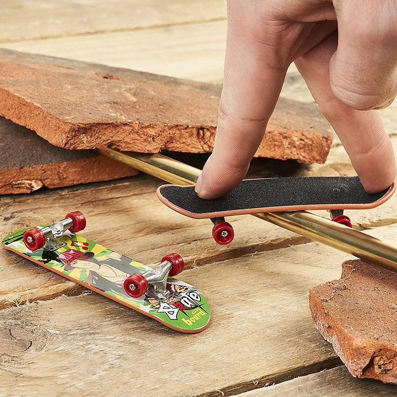 avis - 12 Finger Skate en 12 Motifs Différents - Mini Fingerboard, Miniature - Skateboard de Doigt, Petite Planche à Roulette – Fête d'Anniversaire d'Enfant, Cadeau, Jouet, Remplissage Piñata,